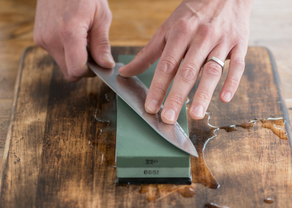Sharpening knives with Whetstone at home